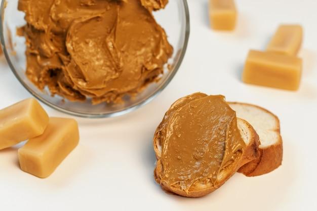 ガラスのボウルに甘いクリーム。菓子、甘い生活、カロリー。茶色のアイリスクリーム。