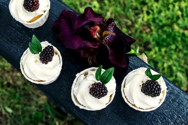 ホイップクリームとブラックベリーのカップケーキ。