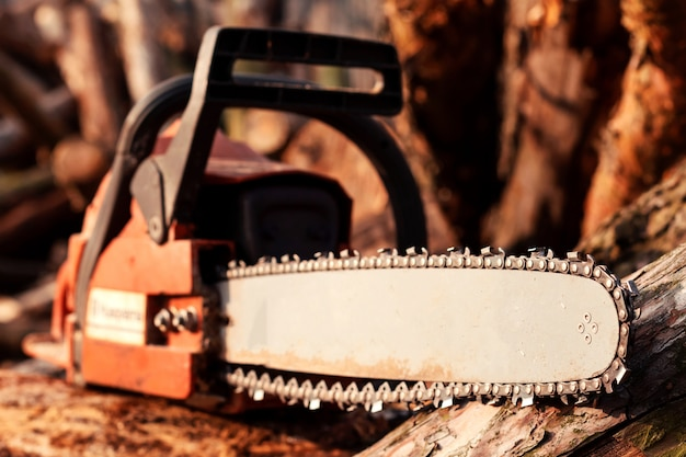 木材のプロのチェーンソー刃切断ログ
