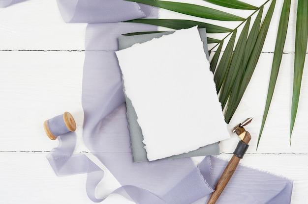 白い空白のグリーティングカードとリボン