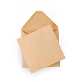 白で隔離される茶色のクラフト封筒文書