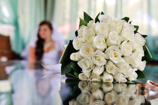 テーブルの上の美しい白いブライダルウェディングブーケ
