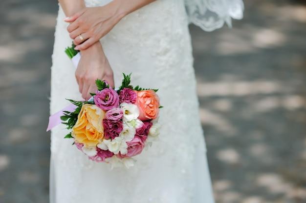 バラの美しいブライダルブーケ