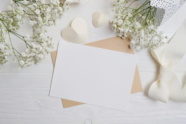 バレンタインデーのためのカリグラフィペングリーティングカードとモックアップの手紙