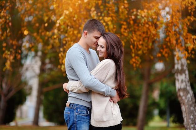Мужчина и женщина в осеннем парке