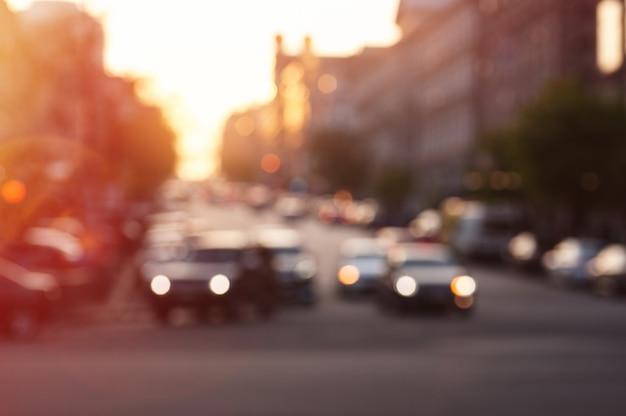 夜市の道路上のライトが付いている車