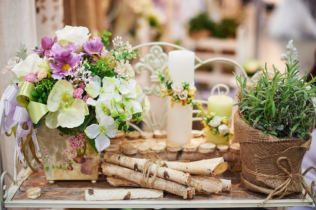 結婚式のテーブルでのキャンドルと花の装飾