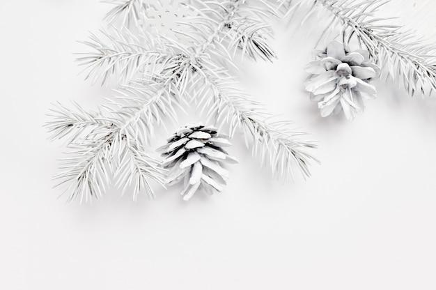 モックアップクリスマスホワイトツリーとコーン