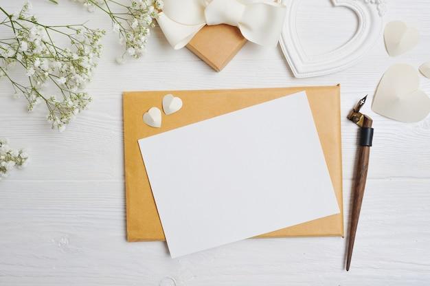 聖バレンタインの日に書道ペングリーティングカードとモックアップの手紙