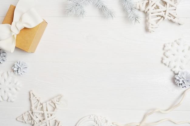 コーン、リボン弓とクリスマスホワイトフレーム