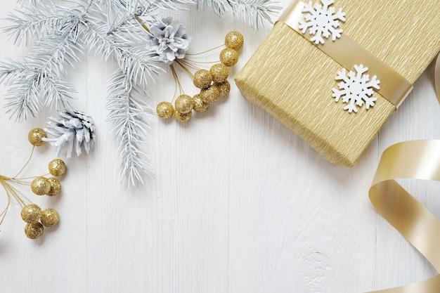 木製の背景にクリスマスギフトゴールド弓とツリーコーン