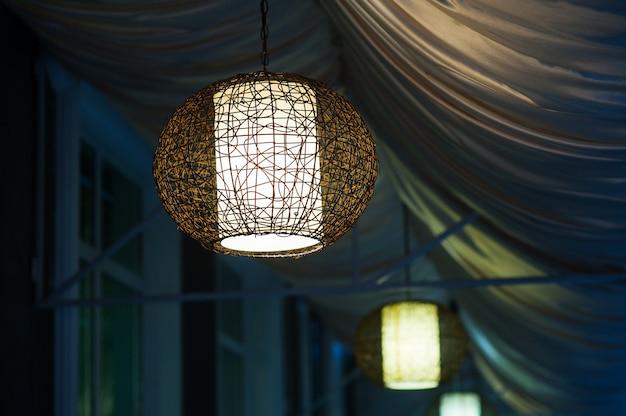 Люстры в вечернем кафе на открытом воздухе