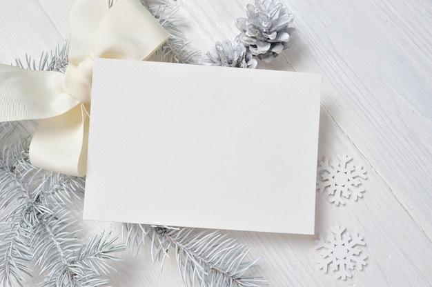 白い木とコーンのクリスマスグリーティングカード