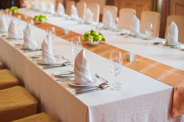 夕食のためのレストランでお祝い結婚式のテーブル