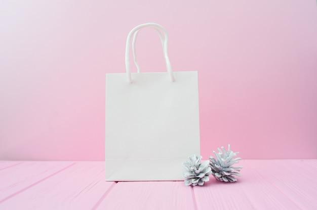 Рождественский подарок упаковка фон. плоская планировка с белым пакетом