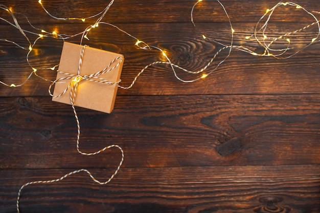 木製のクリスマスガーランドとモックアップクリスマスクラフトギフトボックス