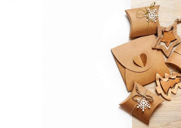 Деревянные игрушки ручной работы и новогодние шкатулки для подарков из крафт-бумаги