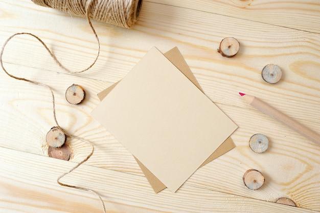 Крафт-бумага, почта с карандашом на деревянном. плоская планировка, вид сверху