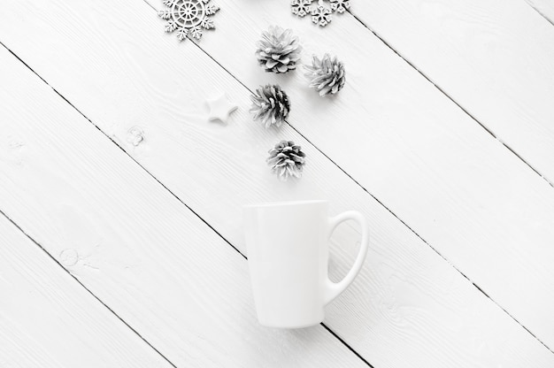 Рождественский макет белая чашка с елочными украшениями, на белом