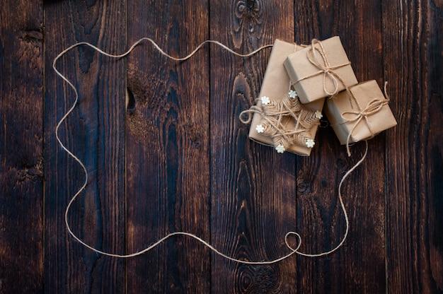Подарочные новогодние коробки на деревянном фоне