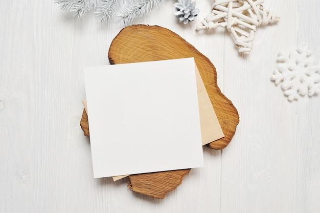 白い木の封筒にモックアップクリスマスグリーティングカードの手紙