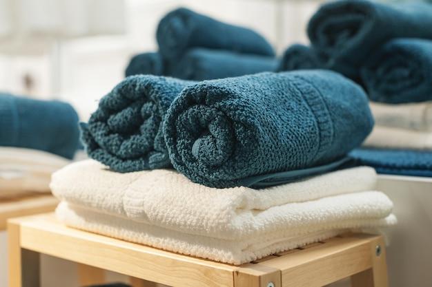 Махровые полотенца на стуле в ванной