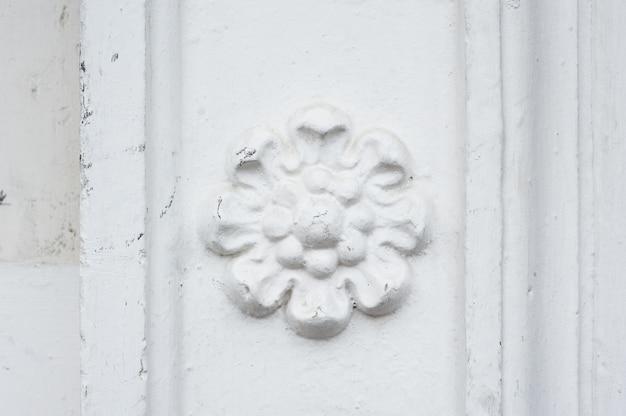 Архитектурная цветочная фреска на стене здания