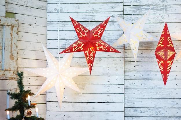 スタジオでのクリスマスの装飾。星のおもちゃと装飾
