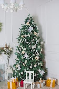 部屋に飾られたクリスマスツリー