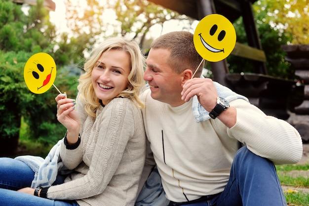 夏の公園で幸せなカップルの肖像画