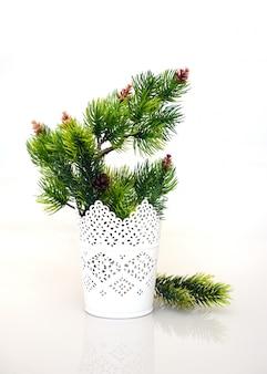 白い花瓶のモミの枝