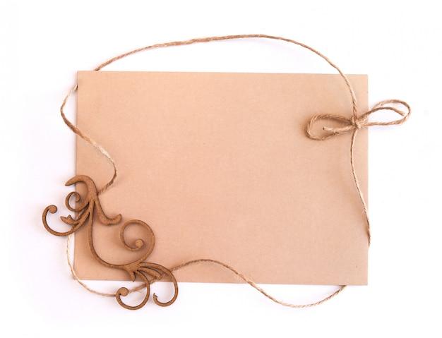 クラフト紙カードの空白のシートとリネン糸のフレーム、トップビュー