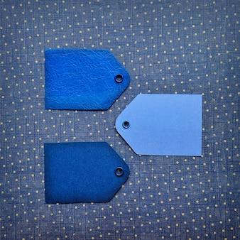 Синий билет продажа тег на синем фоне.
