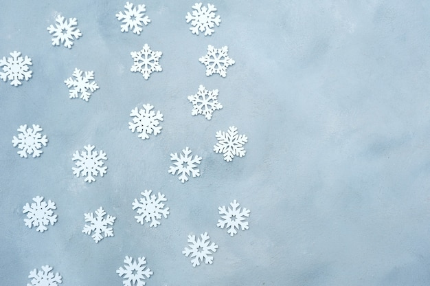 灰色の木製の背景に白いクリスマス雪の装飾