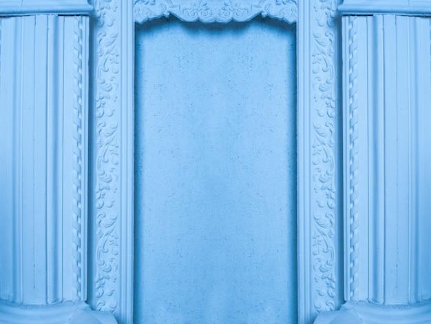 青い色調の列を持つ美しい建築のニッチ