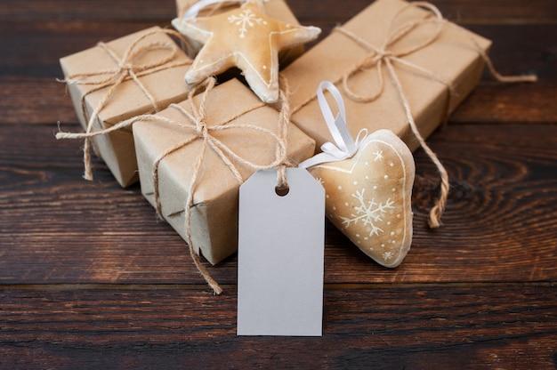 Новогодние крафт подарочные коробки с биркой на деревянной