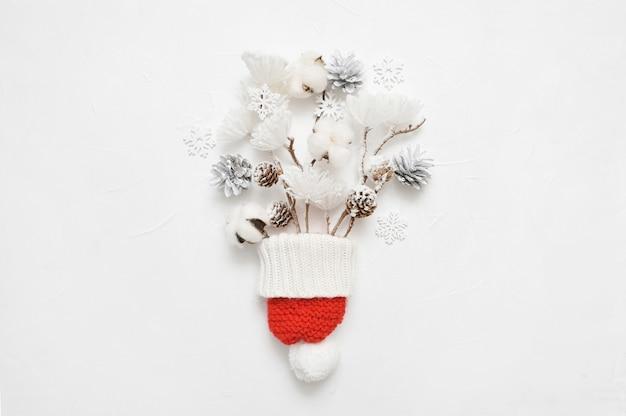 針葉樹の枝の組成とコーンのクリスマスブーケ