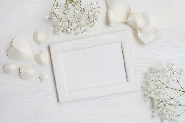 心と花で白い木製フレーム。バレンタインデート