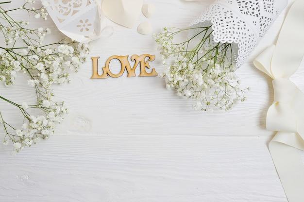 Композиция из белых цветов в деревенском стиле, сердечки и подарок