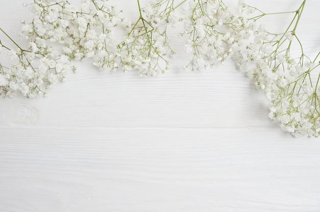 木製のテーブルに白い花