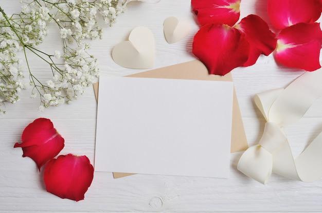 空白のグリーティングカードまたはシュッコンカスミソウ、心と赤いバラの花びらからの花の組成とメモ。バレンタインデー