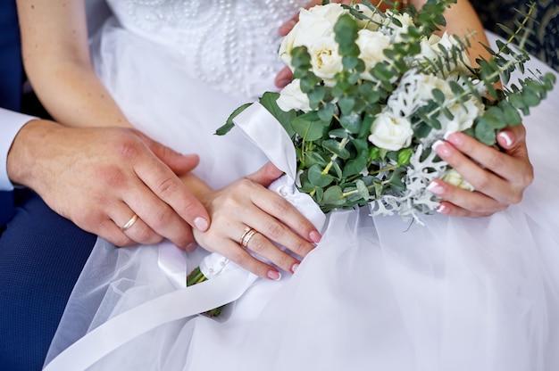 花の花束を持って花嫁