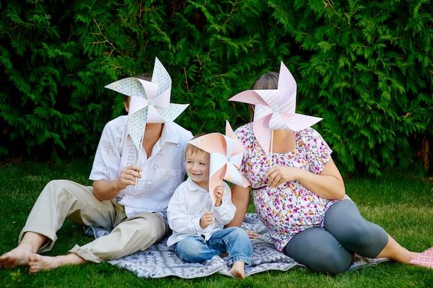 Молодая семья играет на пикнике в парке