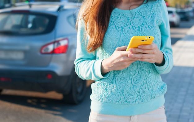 電話ダイヤルメッセージを持つ女性