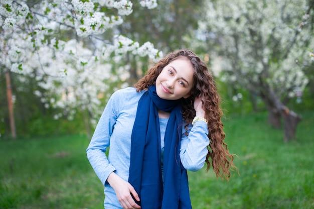 公園の若い美しいファッショナブルな女性