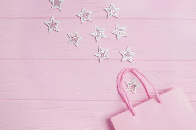 ピンクのギフトバッグとグリッター紙吹雪