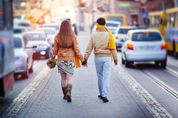 明るい日に男性と女性の観光客と旧市街リヴィウ