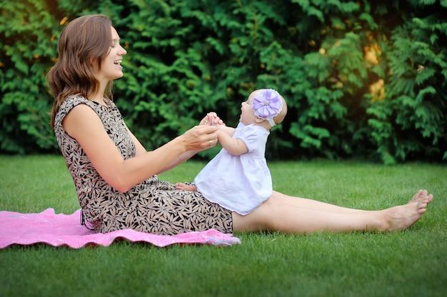 Красивая мама и малыш на открытом воздухе. природа. красавица мама и ее ребенок играют в парке