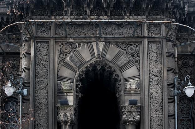 На фасаде остроконечной арки в готическом стиле