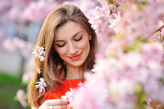 花の美しい春の少女